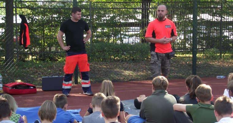 Ratownicy medyczni prowadzący zajęcia o podstawach pierwszej pomocy. Fotografia - brd24.pl