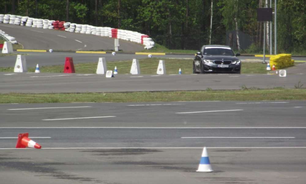 Samochód treningowy na torze Ośrodka Doskonalenia Techniki Jazdy sąsiadującego z Miasteczkiem Ruchu Drogowego