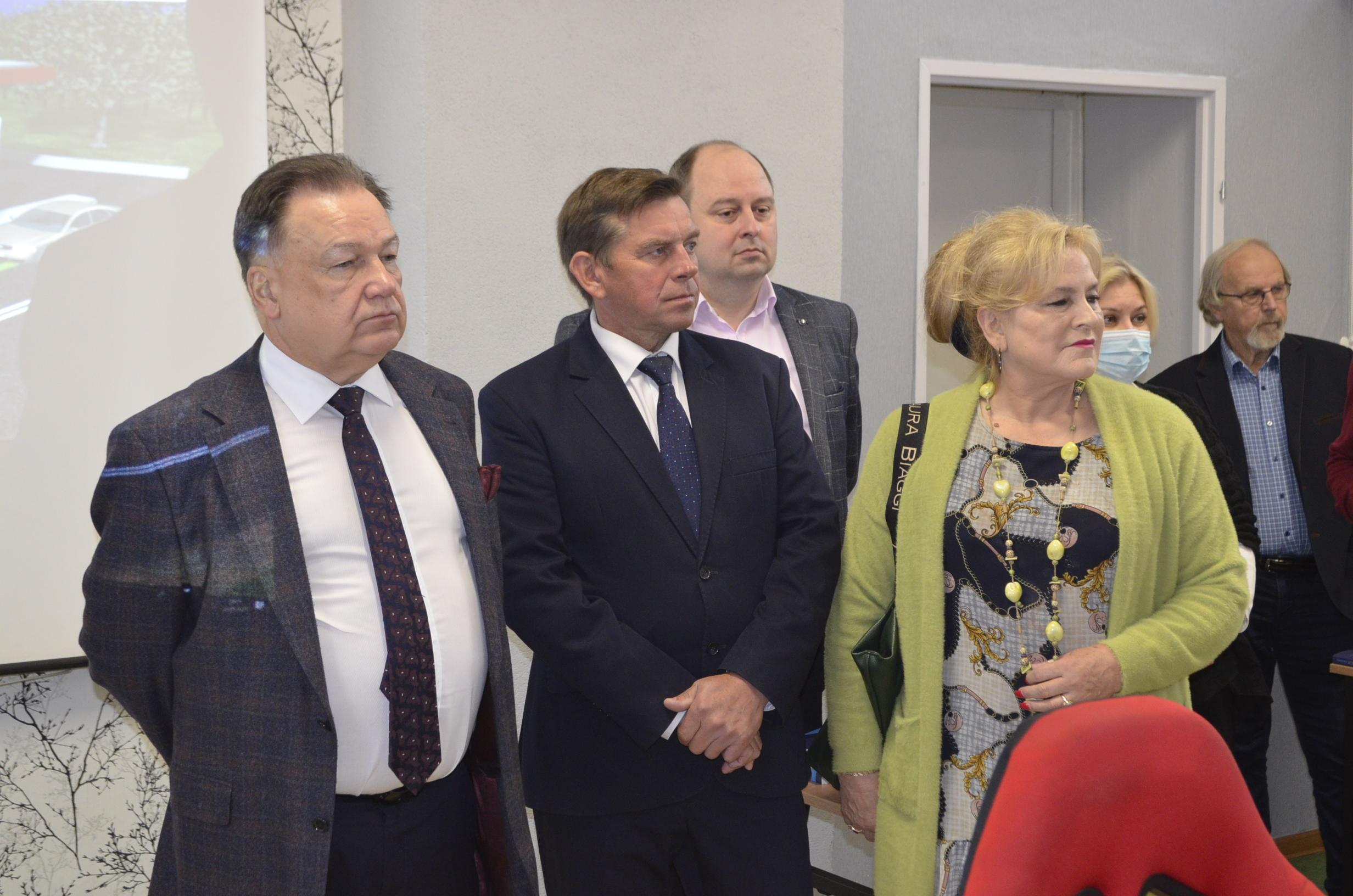 W drugim szeregu Przewodnicząca Rady Powiatu Gostynińskiego, Dyrektor Szkoły oraz Kierownik jednego z OSK funkcjonujących na terenie Powiatu uczestniczą w prezentacji nowoczesnych środków dydaktycznych.