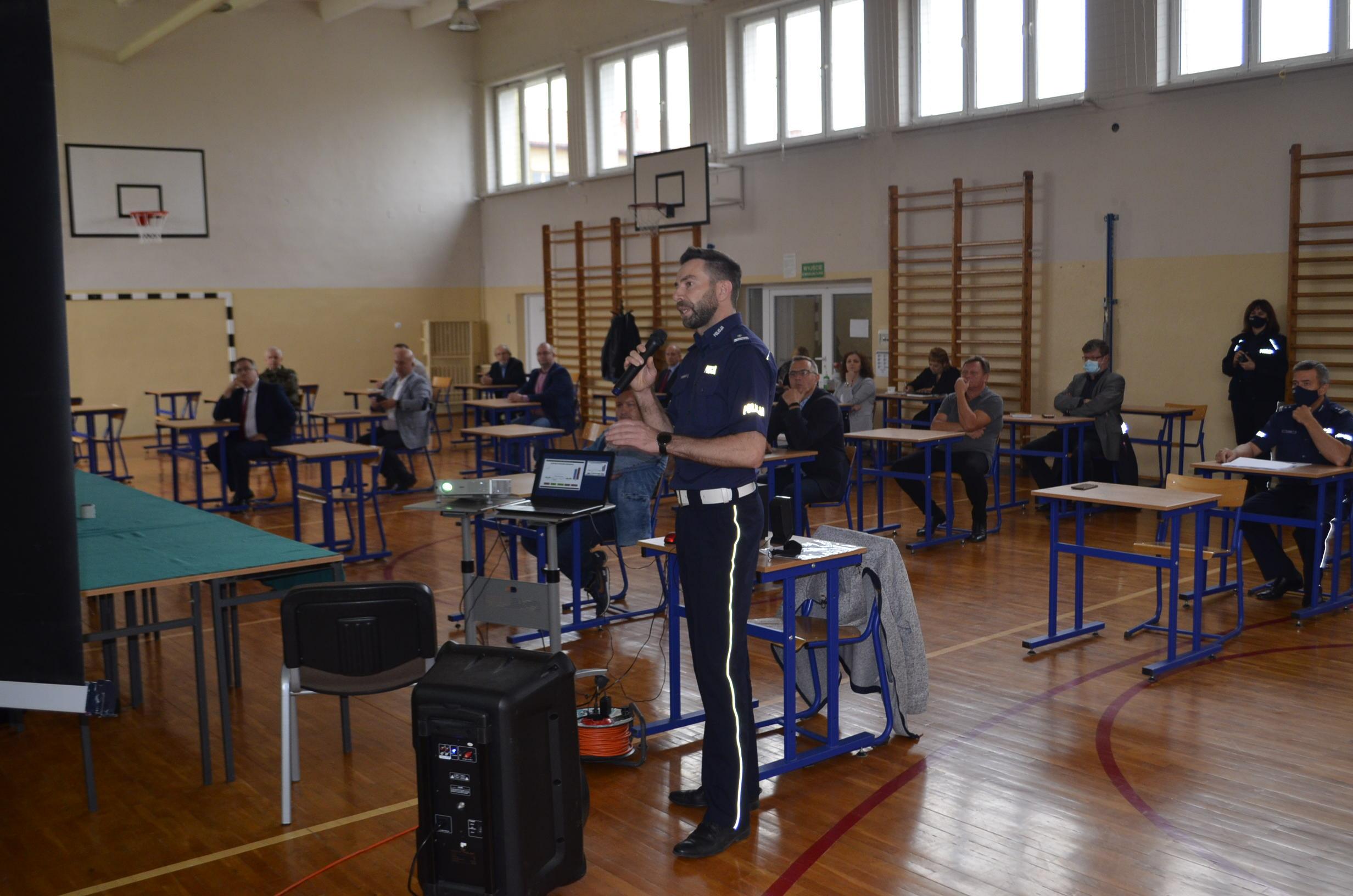 Przedstawiciel Komendy Powiatowej Policji w Gostyninie przedstawia informację o stanie bezpieczeństwa na terenie Powiatu.