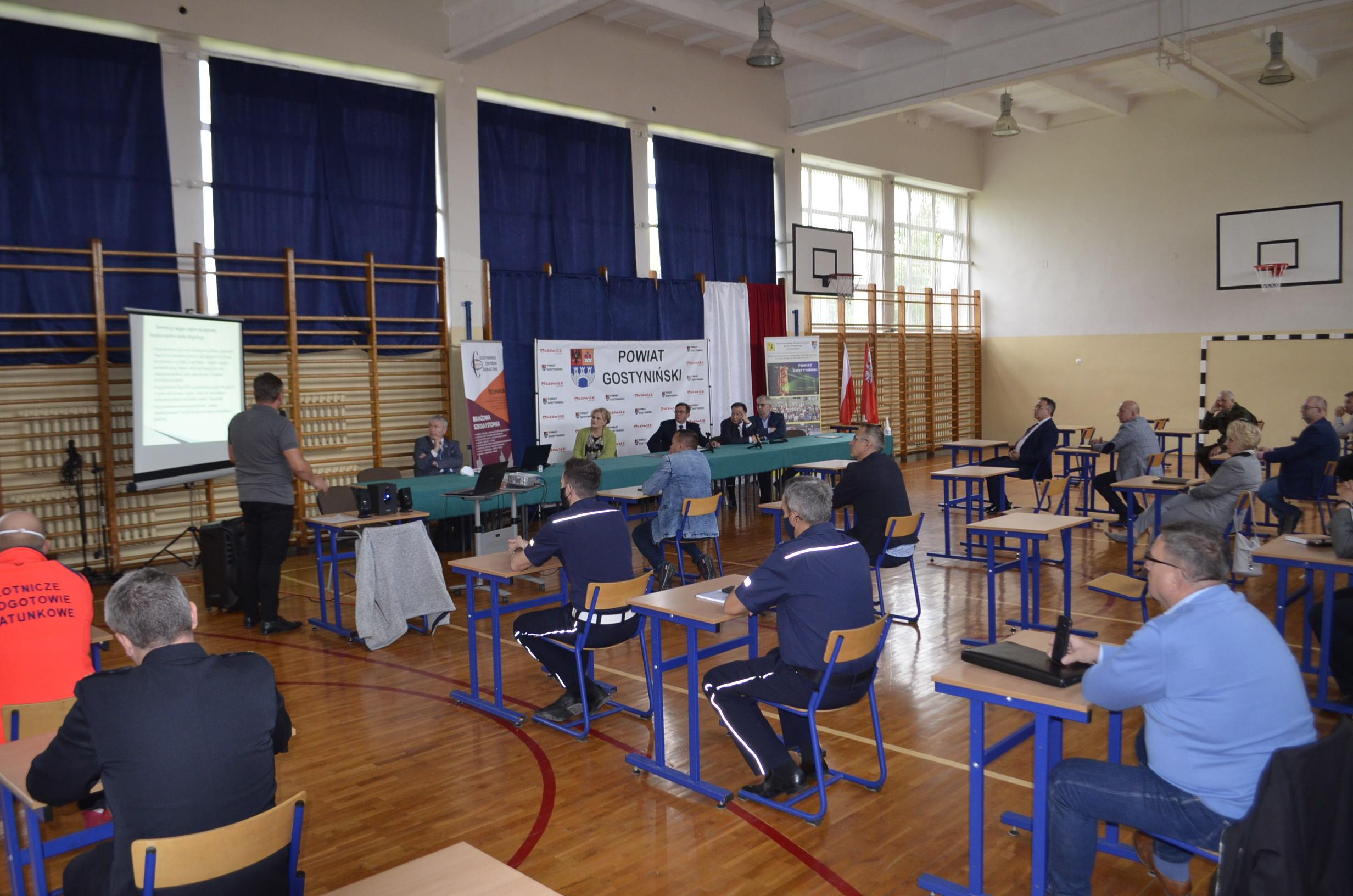 Dyskusja uczestników Powiatowej Rady Bezpieczeństwa Ruchu Drogowego.