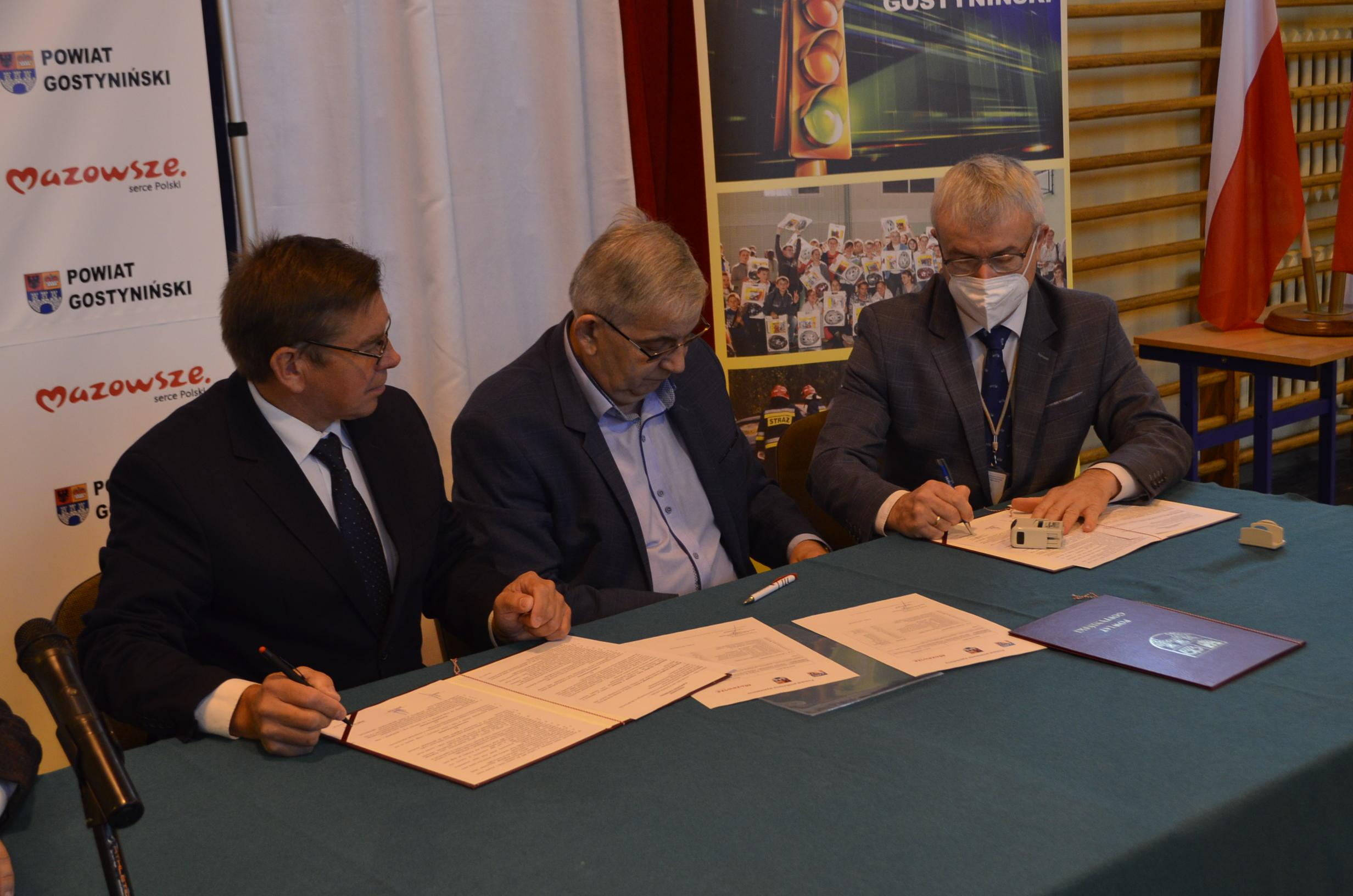 Partnerzy Porozumienia składają podpisy pod tekstem dokumentu.