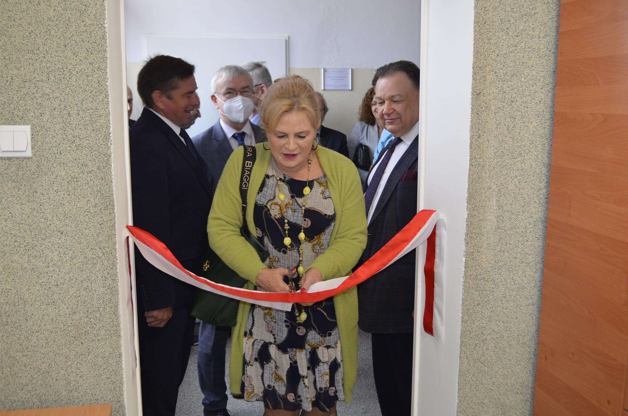 Wicestarosta Powiatu Gostynińskiego kontynuuje przebieg otwarcia Sali Młodzieżowego Centrum Edukacyjnego.