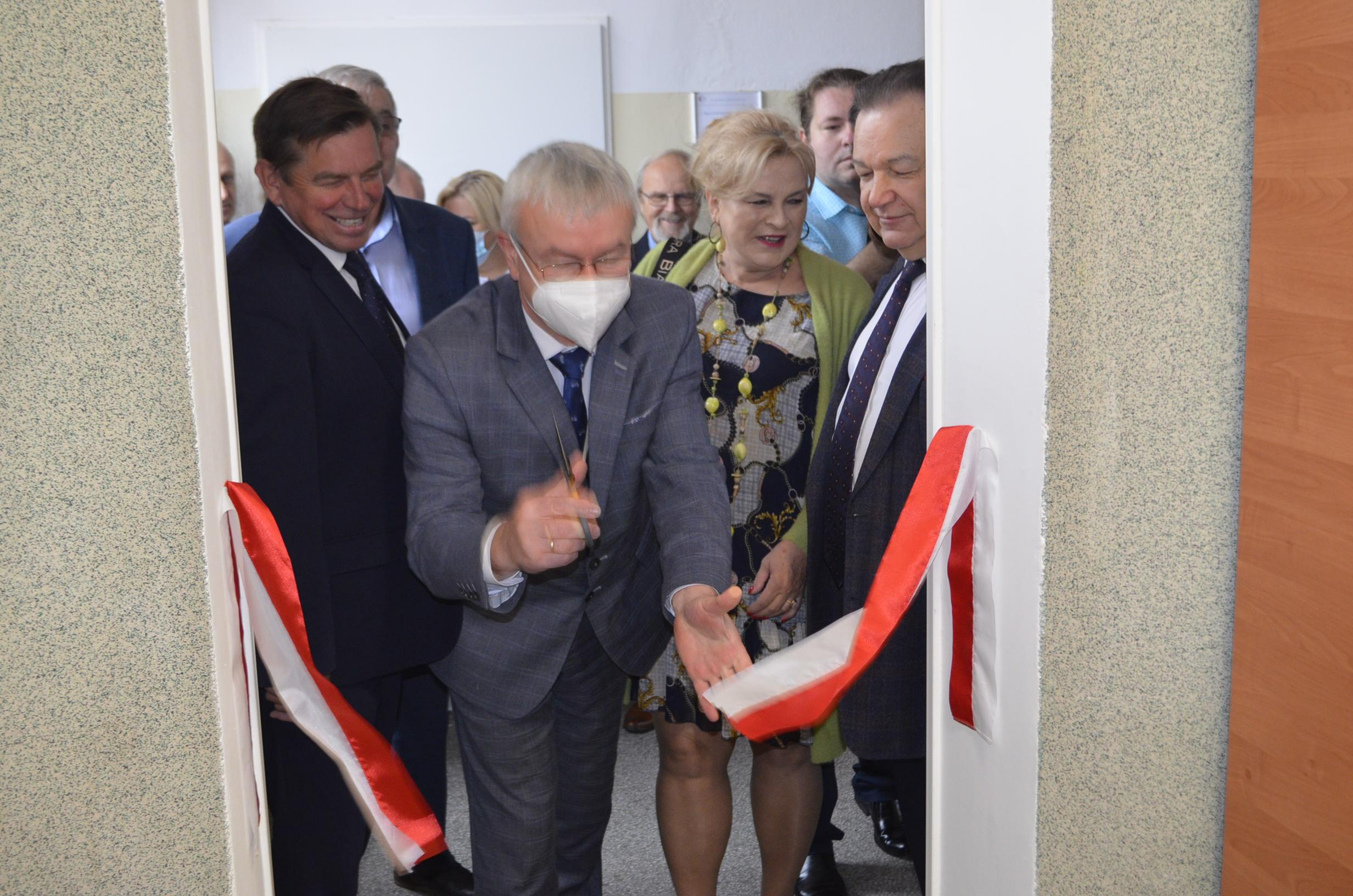 Zastępca Dyrektora WORD w Warszawie udostępnia do użytku salę Wychowania Komunikacyjnego.